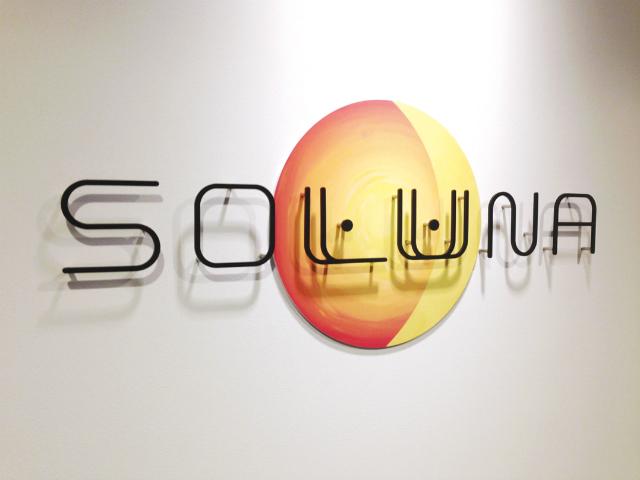 太陽と月をモチーフにしたソルナ株式会社のロゴ