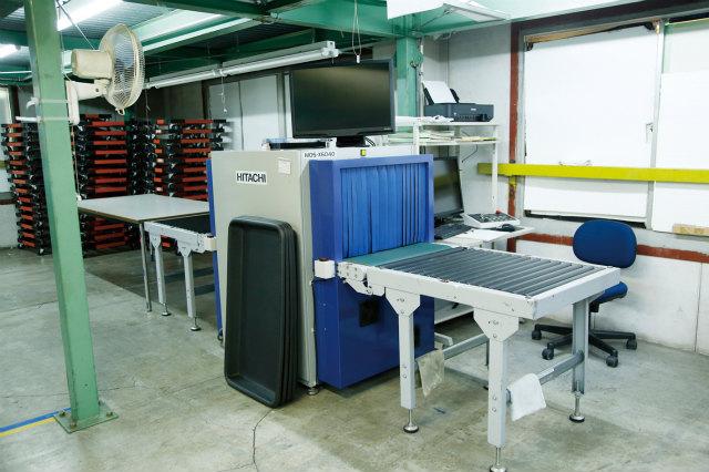 空港などで使われるような、検針機よりも精度の高い金属探知機。