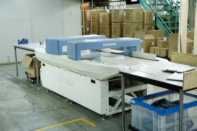 アパレル商品を取り扱うため、金属(針など)をセンサーで探知する機械を導入。