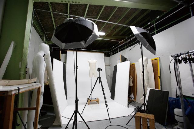 建屋内に撮影スタジオが3セットあり、カメラマンの社員もいる。
