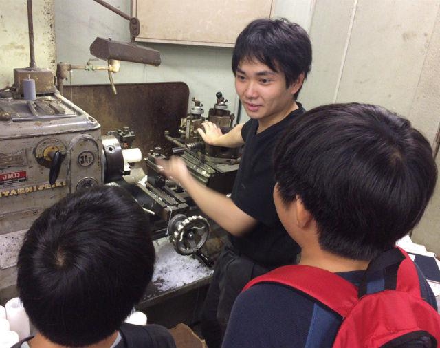 地元小学生へ向けた工場を使ったワークショップ