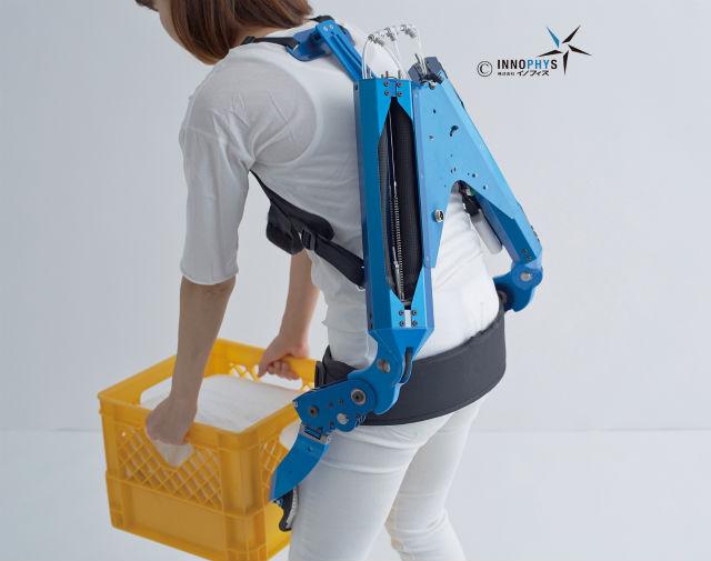 マッスルスーツ®の装着例。圧縮空気の出し入れにより人工筋肉を収縮させて補助力を得る。